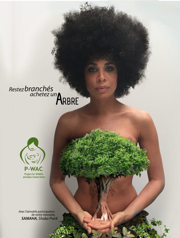La belle Samaha, chanteuse avec Shaka Ponk avec un arbre qui symbolize le mouvement anti-deforestation