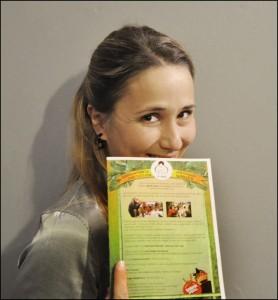Elisa avec notre livret pédagogique